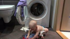 做与洗衣店的邪恶的男婴混乱在卫生间里 影视素材
