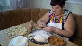做与烤圆白菜充塞的资深妇女饺子 影视素材