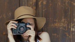 做与照相机的愉快的女孩照片 影视素材