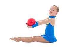 做与球的美丽的女孩体操隔绝在白色 免版税库存照片