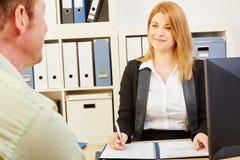 做与申请人的妇女一次工作面试 库存照片