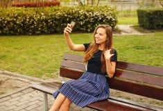做与电话的女孩一selfie 库存照片