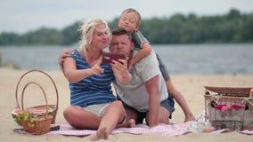 做与电话的微笑的家庭一张自画象 影视素材