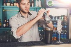 做与石灰,特写镜头的侍酒者鸡尾酒 免版税库存图片