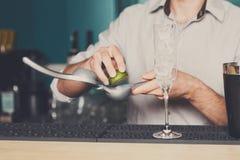做与石灰,特写镜头的侍酒者鸡尾酒 免版税库存照片