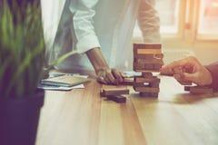 做与空的木立方体的妇女和配合一座金字塔 与逐步的企业概念一个牢固依据的 免版税图库摄影