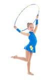 做与箍的小女孩体操隔绝在白色 免版税图库摄影