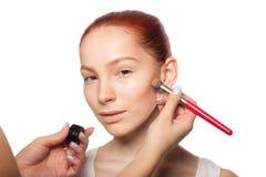 做与红色的专业化妆师魅力 免版税库存照片