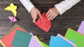 做与红色纸的origami形象 影视素材