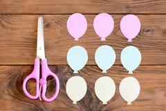 做与纸气球的一张卡片 步骤 孩子的指南 从色纸的气球,在一张木桌上的剪刀 库存照片