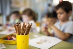 做与绘画的孩子一张图画 库存照片