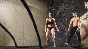做与绳索,慢动作的运动员跨训练 影视素材