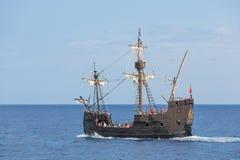 做与船复制品的游人巡航  图库摄影