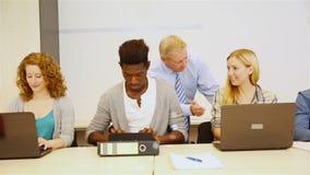 做与计算机的学生研究ininternet 免版税图库摄影