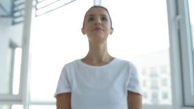 做与轻的重量的精力充沛的妇女锻炼 影视素材