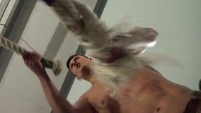 做与速度争斗绳索的坚强的年轻人锻炼 股票录像