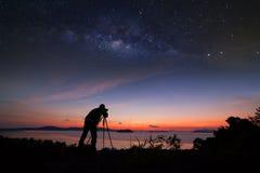 做与银河星系的摄影师摄影日出 免版税库存照片