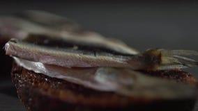 做与鱼和黑面包的一个三明治 股票视频