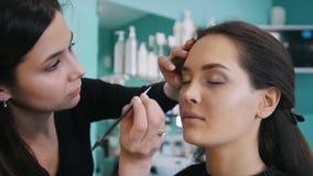 做与黑眼线膏的专业化妆师构成 影视素材