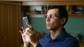 做与玻璃和衬衣的中年人selfie照片室内 股票录像