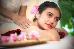 做与治疗的男按摩师按摩温泉在泰国温泉生活方式的亚裔妇女身体,因此放松和豪华 库存图片