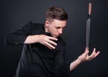 做与他的刀子的有天才的厨师魔术 库存图片