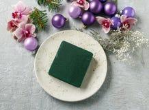 做与紫罗兰色球,冷杉的妇女圣诞节装饰和或 库存图片
