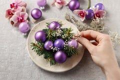 做与紫罗兰色球,冷杉的妇女圣诞节装饰和或 免版税库存图片