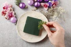 做与紫罗兰色球,冷杉的妇女圣诞节装饰和或 免版税库存照片