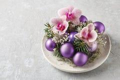 做与紫罗兰色球,冷杉的妇女圣诞节装饰和或 免版税图库摄影