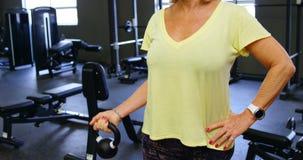 做与kettlebell 4k的资深妇女二头肌锻炼 股票录像