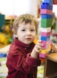 做与lego的小逗人喜爱的男孩画象毛巾 库存图片