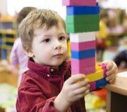 做与lego的小逗人喜爱的男孩画象毛巾 免版税库存照片