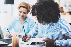 做业务会议的美丽的妇女的配合概念在现代办公室 小组一起谈论女孩的工友新的fashi 库存图片