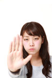 做中止姿态的年轻日本妇女 库存照片