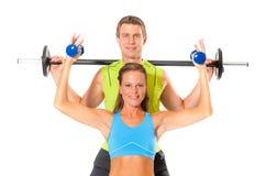 做举重锻炼的微笑的夫妇 库存图片