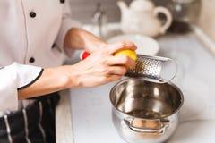 做乳蛋糕在家庭厨房 免版税库存图片