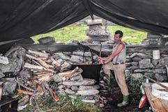 做乳酪的牧羊人在阿尔卑斯 免版税库存照片