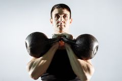 做二头肌的肌肉年轻人重量级的锻炼 免版税库存照片