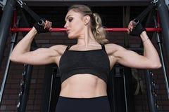 做二头肌肌肉的健身妇女锻炼 免版税库存图片