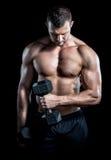 做二头肌的人在健身房卷曲 免版税库存照片
