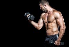 做二头肌的人在健身房卷曲 库存照片
