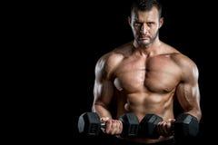 做二头肌的人在健身房卷曲 库存图片