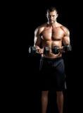 做二头肌的人在健身房卷曲 图库摄影