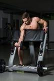 做二头肌的健康年轻人锻炼 免版税库存照片