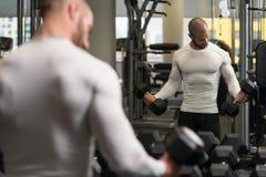 做二头肌的年轻健康人锻炼 库存照片