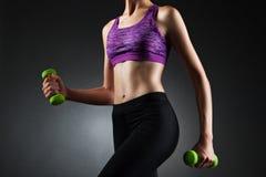 做二头肌锻炼的未知的妇女 库存图片