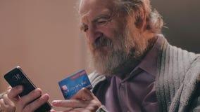 做交易的有胡子的领抚恤金者支付互联网购物 股票录像