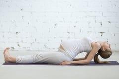 做产前瑜伽的怀孕的少妇 鱼姿势 图库摄影
