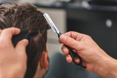 做人的专业理发师发型 免版税库存照片